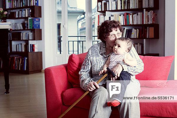 Großmutter küsst Enkelin  Portrait