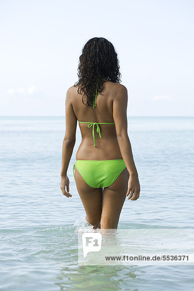 Frau im Wasser  Rückansicht
