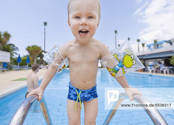 Kleiner Junge genießt das Schwimmbad