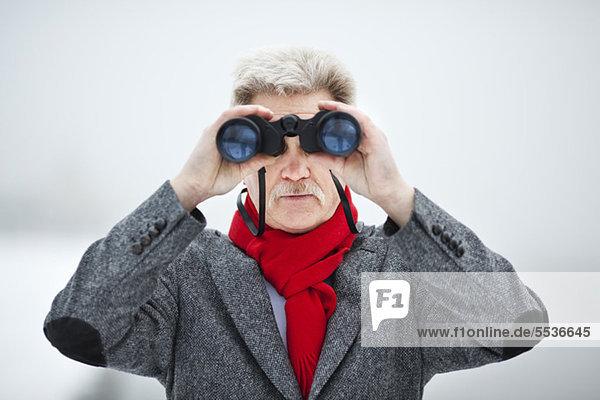Erwachsener Mann mit Fernglas