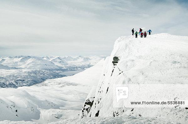 Menschen genießen ihren Urlaub im Schnee