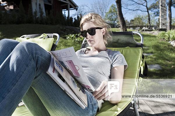 Schöne mittlere erwachsene Frau Lesemagazin