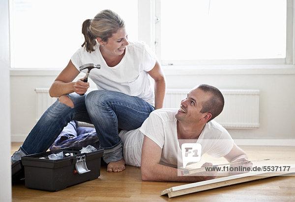 Pärchen haben Spaß bei der Renovierung ihres Hauses