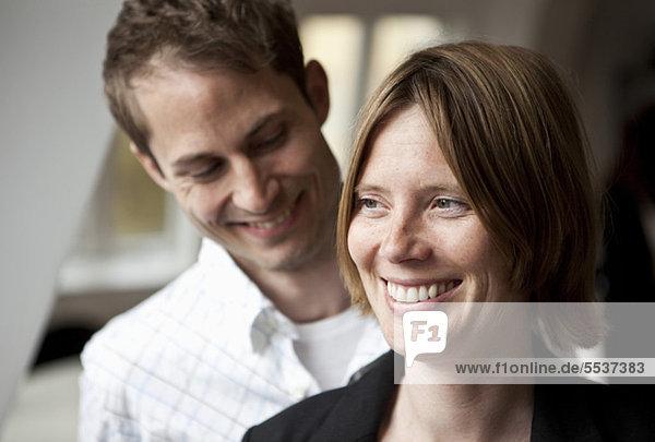 Nahaufnahme eines glücklichen mittleren Erwachsenenpaares