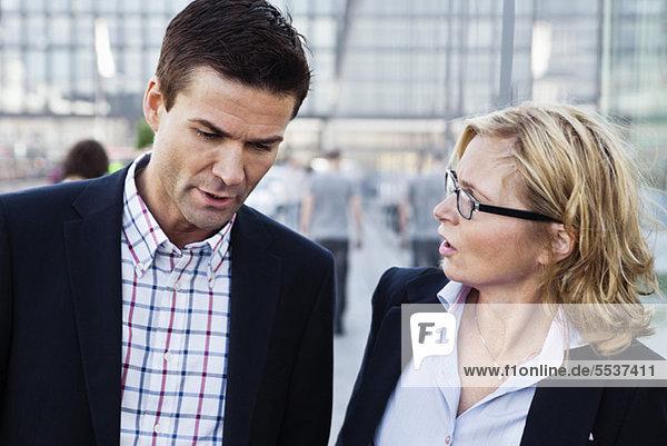 Geschäftsmann und Geschäftsfrau bei Gesprächen im Freien