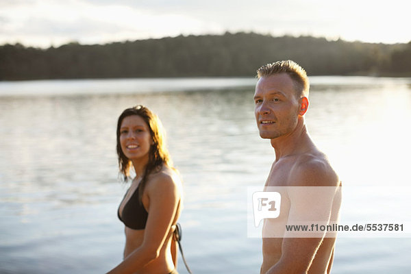Seitenansicht des Paares am Strand