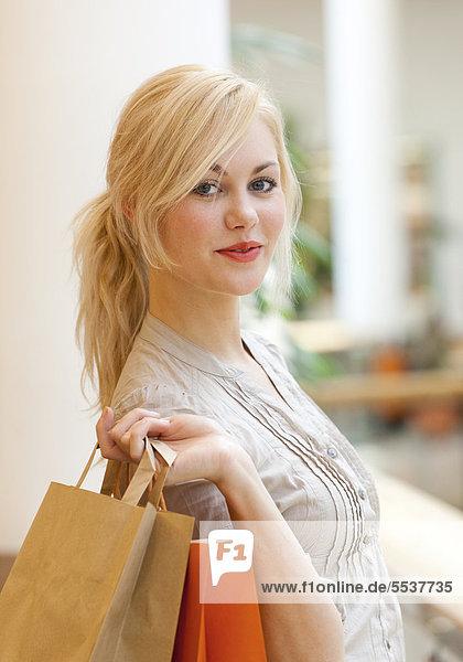 Junge Frau Mit Einkaufstüten Junge Frau Mit Einkaufstüten