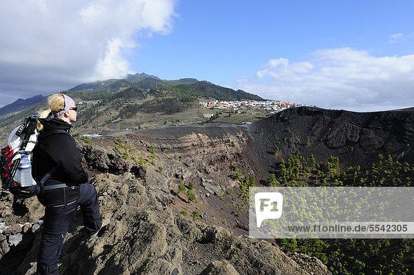 Frau am Kraterrand des Vulkans San Antonio bei Fuencaliente  hinten Los Canarios  La Palma  Kanaren  Kanarische Inseln  Spanien  Europa  ÖffentlicherGrund