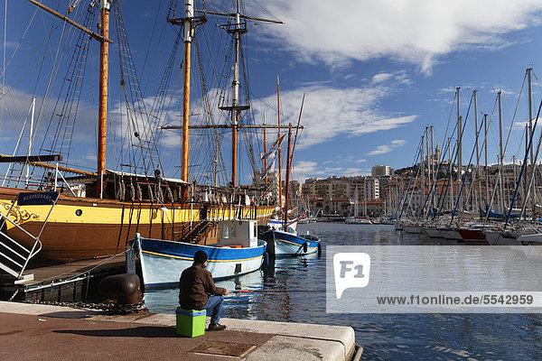 Vieux Port  Alter Hafen von Marseille  Kirche Notre Dame de la Garde hinten  Bouches-du-Rhone  Provence  Frankreich  Europa
