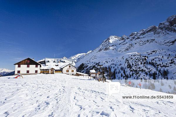 Zufallhütte  hinten die Rotspitz und das Martelltal  Südtirol  Italien  Europa