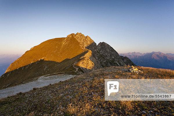 Der Ifinger  Sonnenaufgang auf der Kuhleiten-Hütte oberhalb von Meran 2000  Meran  Südtirol  Italien  Europa Der Ifinger, Sonnenaufgang auf der Kuhleiten-Hütte oberhalb von Meran 2000, Meran, Südtirol, Italien, Europa