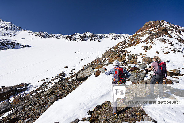 Wanderer beim Weißbrunnferner  beim Aufstieg zur hinteren Eggenspitz im Ultental oberhalb des Grünsees  Südtirol  Italien  Europa Wanderer beim Weißbrunnferner, beim Aufstieg zur hinteren Eggenspitz im Ultental oberhalb des Grünsees, Südtirol, Italien, Europa