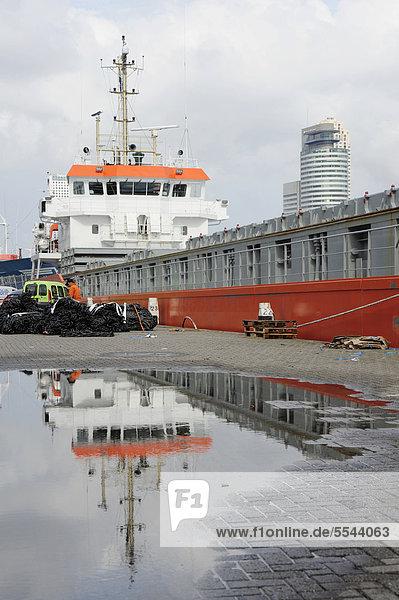 Oranges Schiff am Parkhaven Hafen  Nieuwe Maas Fluss  Rotterdam  Holland  Nederland  Niederlande  Europa
