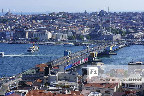 über Großstadt Brücke Turm Ansicht Bosporus Istanbul Türkei