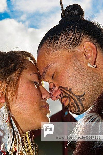 Frau  Mann  Tradition  grüßen  Kunst  Tätowierung  Handwerk  Gesichtsausdruck  Gesichtsausdrücke  Ausdruck  Ausdrücke  Mimik  Institut  Maori  neu  Neuseeland  Rotorua