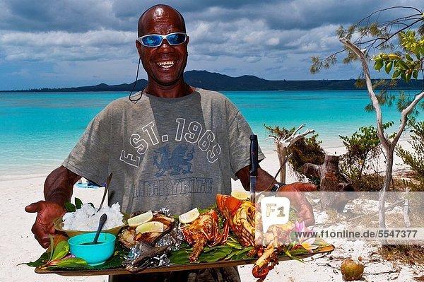 Mann  geben  Absperrung  Speisefisch und Meeresfrucht  Insel  kochen  Kiefer  Pinus sylvestris  Kiefern  Föhren  Pinie  Bürste  Mittagessen  neu  Neukaledonien  Riff