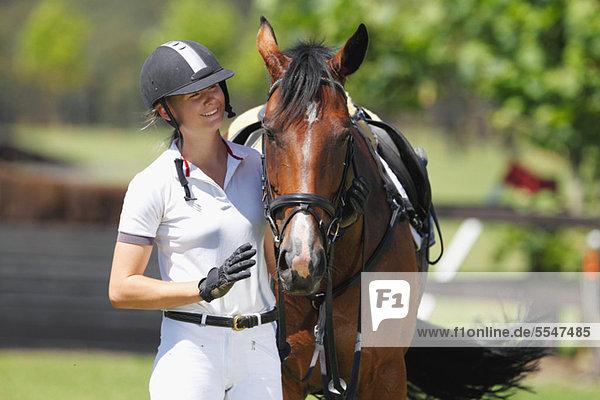 Junge Pferde-Fahrer mit braunen Pferd