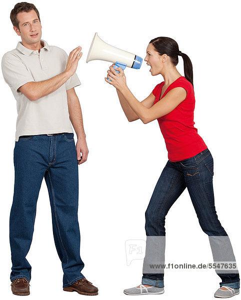 Frau schreit Mann mit Megaphon an