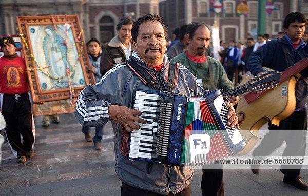 Außenaufnahme  Amerika  Tag  Straße  füllen  füllt  füllend  Großstadt  Spiel  Musik  Musiker  Heiligtum  Mexiko  Kunde  Fest  festlich  Regenwald  Pilgerer  Basilika