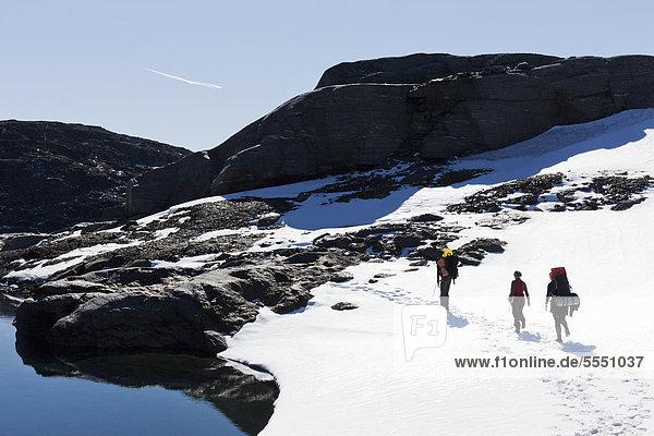 Drei Menschen Wandern im Schnee bedeckt Berg