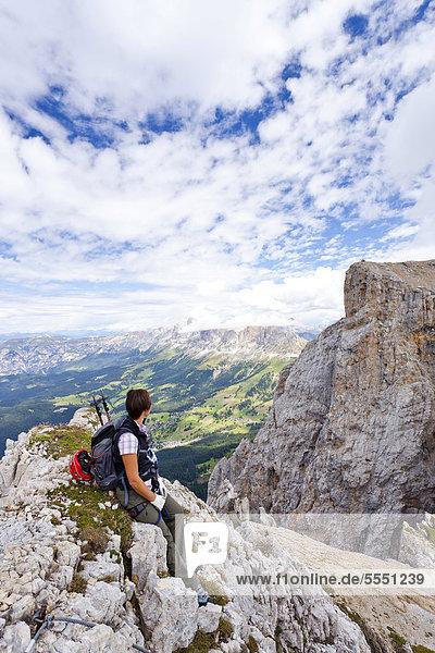 Bergsteigerin bei der Latemarüberschreitung  Klettersteig in den Dolomiten  hinten die Rosengartengruppe  Südtirol  Italien  Europa
