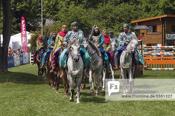 Reiterinnen und Reiter der Royal Cavalry of Oman in leuchtenden Uniformen bei einer Showveranstaltung auf der Pferd International München  München  Bayern  Deutschland  Europa
