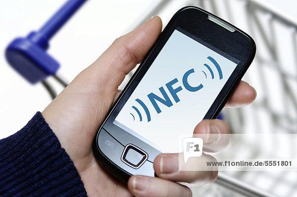 Hand mit Smartphone  NFC  Near Field Communication