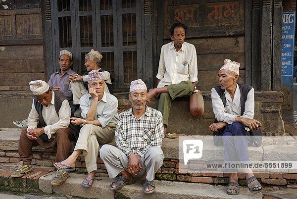 Sitzende Männer  Bhaktapur  Kathmandu-Tal  Nepal  Asien