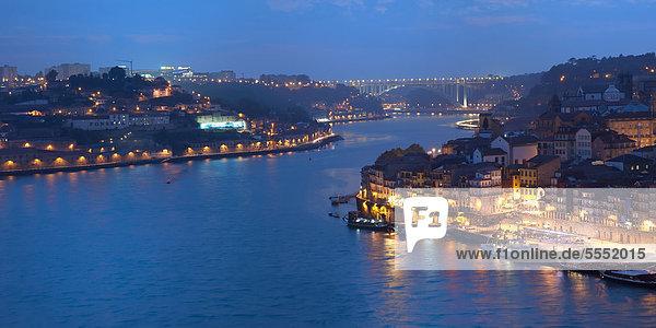 Fluss Douro in der Abenddämmerung  Porto  UNESCO-Weltkulturerbe  Portugal  Europa