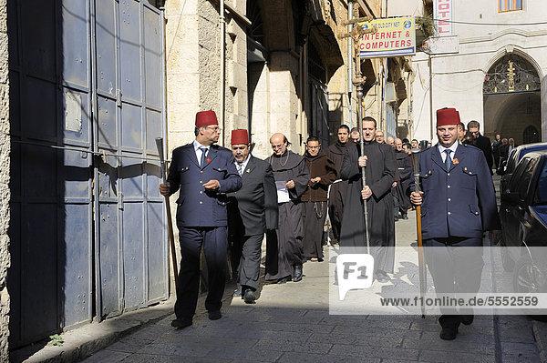 Patriarch des Lateinischen Patriarchats von Jerusalem wird eskortiert von einer Ehrengarde bei dem sonntäglichen Gang vom Lateinischen Patriarchat zur Grabeskirche in der Altstadt von Jerusalem  Israel  Vorderasien