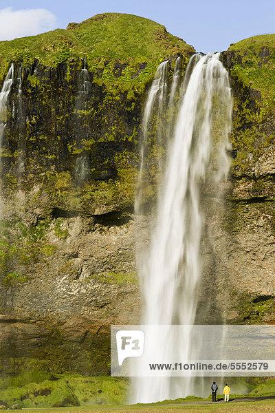 Menschen vor Wasserfall Seljalandsfoss  Island  Europa