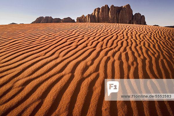 Rote Sanddünen mit Fels  Wadi Rum Wüste  Jordanien  Vorderasien