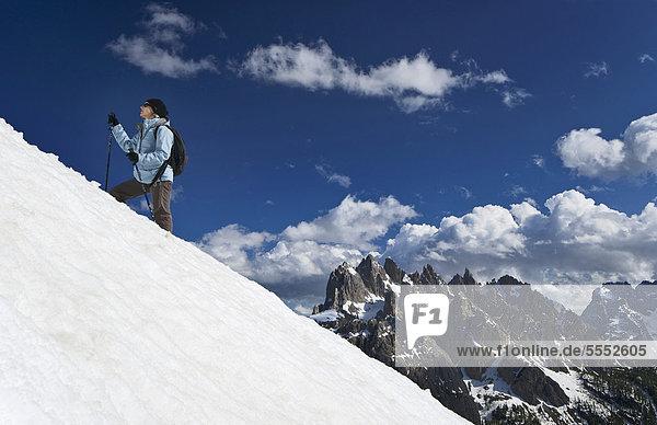 Junge Frau beim Bergwandern  Sextener Dolomiten  Provinz Belluno  Italien  Europa