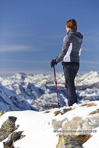 Wanderin auf der Röthenspitz oberhalb vom Penser Joch  hinten das Gebirge um Sterzing  Sarntal  Südtirol  Italien  Europa