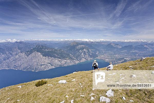 Wanderer auf dem Monte Altissimo oberhalb von Nago  unten der Gardasee und Arco  Trentino  Italien  Europa Wanderer auf dem Monte Altissimo oberhalb von Nago, unten der Gardasee und Arco, Trentino, Italien, Europa