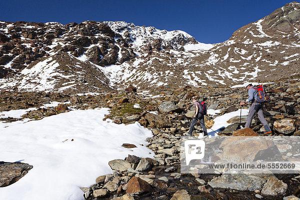 Wanderer beim Aufstieg zur hinteren Eggenspitze im Ultental oberhalb vom Grünsee  hinten die Weißbrunnspitze  Südtirol  Italien  Europa Wanderer beim Aufstieg zur hinteren Eggenspitze im Ultental oberhalb vom Grünsee, hinten die Weißbrunnspitze, Südtirol, Italien, Europa