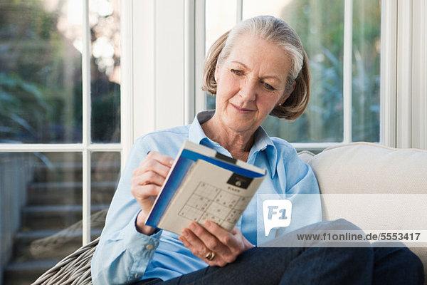 Seniorin bei Sudoku-Rätseln