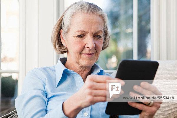 Seniorin beim Lesen eines elektronischen Buches