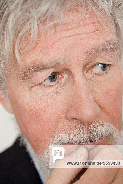 Älterer Mann  der besorgt aussieht.