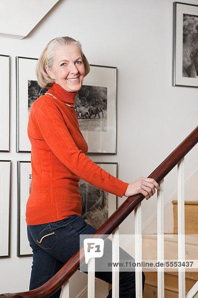 Seniorin auf der Treppe