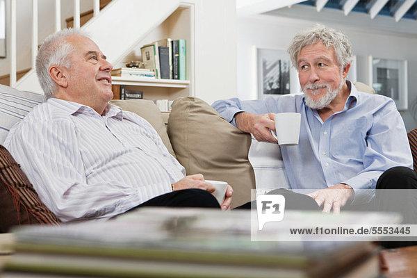 Senior männlichen Freunde mit Kaffee und chat