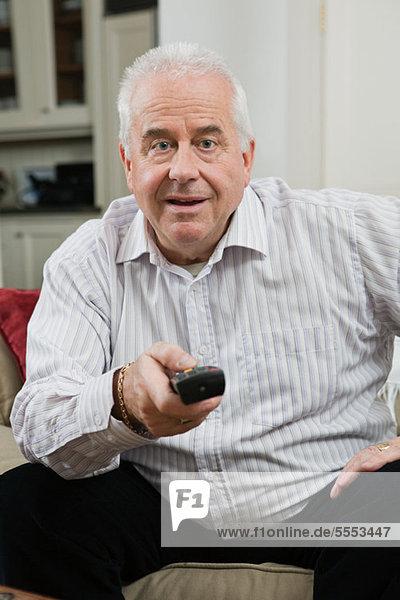 Senior man vor dem Fernseher