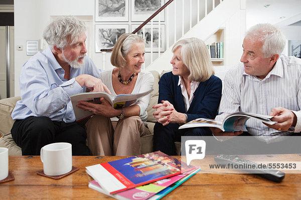 Seniorenfreunde bei der Urlaubsplanung