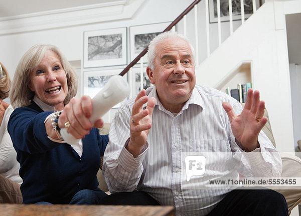 Reife Frau und senior Man playing Video-Spiel