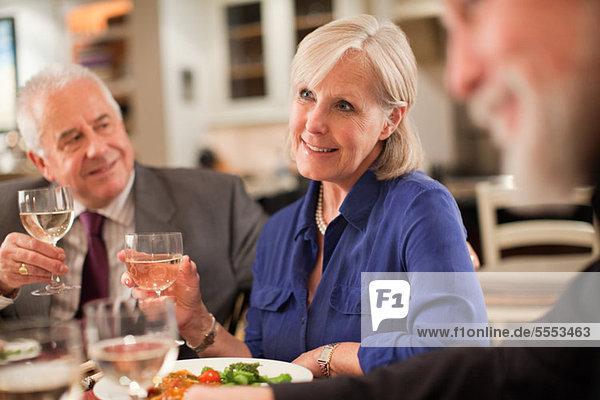 Reife Frau beim Abendessen
