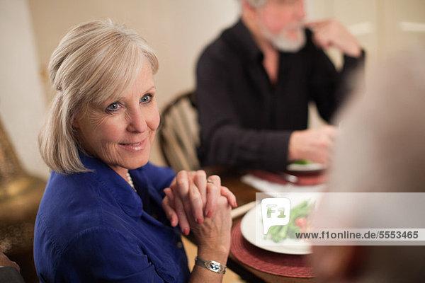 Reife Frau bei Dinner-party