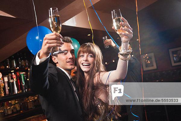 Junges Paar feiert mit Champagner