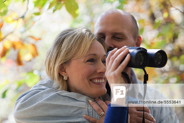 Erwachsenes Paar mit Fernglas