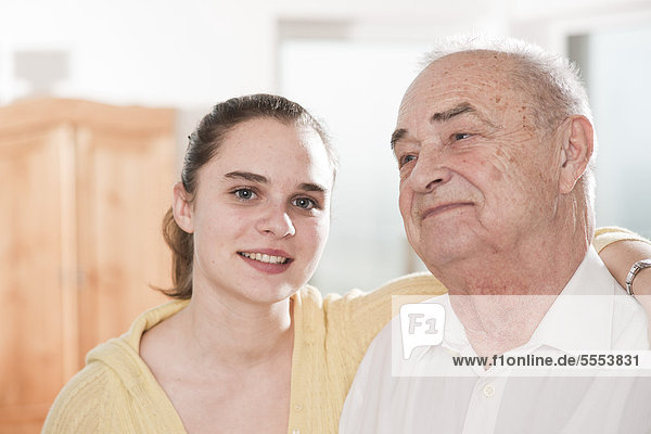 Junge Frau umarmt Senior  Portrait