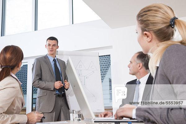 Geschäftsmann bei einer Präsentation im Konferenzraum